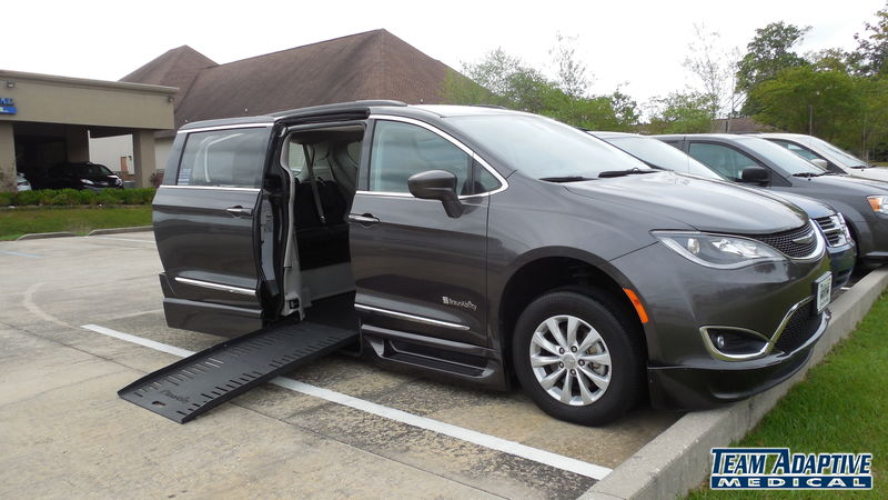 Biloxi, Ms 2017 Chrysler Pacifica BraunAbility Chrysler Pacifica Foldout XTwheelchair van for sale
